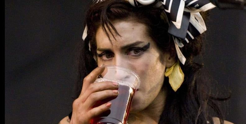 ایمی واینهاوس و اعتیاد به الکل